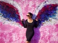 Christina Cindrich devant les angel wings sur Melrose